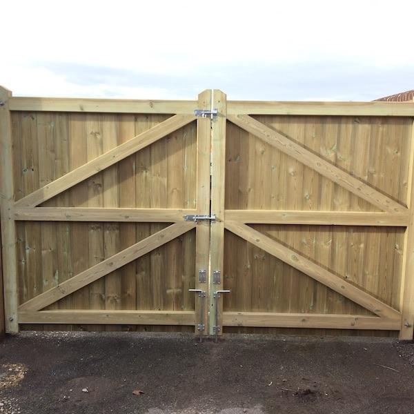 Flat topped driveway gate